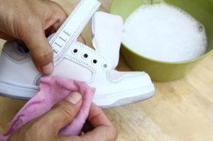 Как быстро почистить белые кеды