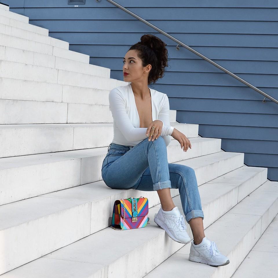 белые женские кроссовки с джинсами