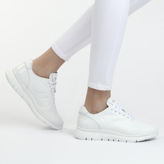 белые женские кроссовки с одеждой