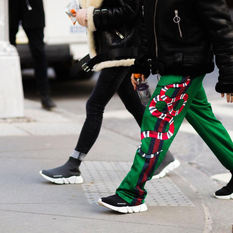 кроссовки-носки со спортивными брюками