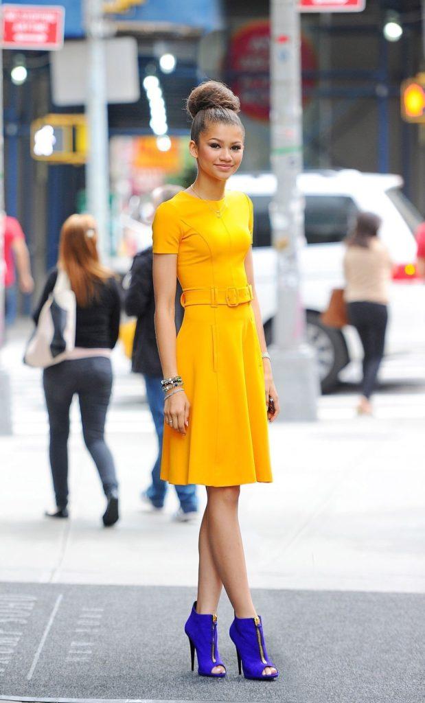 Жёлтое платье с синими туфлями