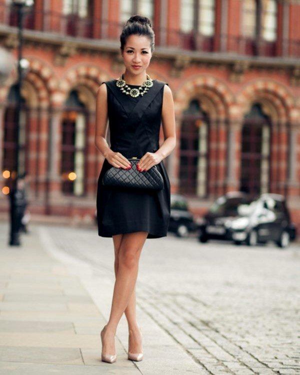 Чёрное платье и бежевые туфли