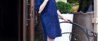 Синее платье и бежевые туфли