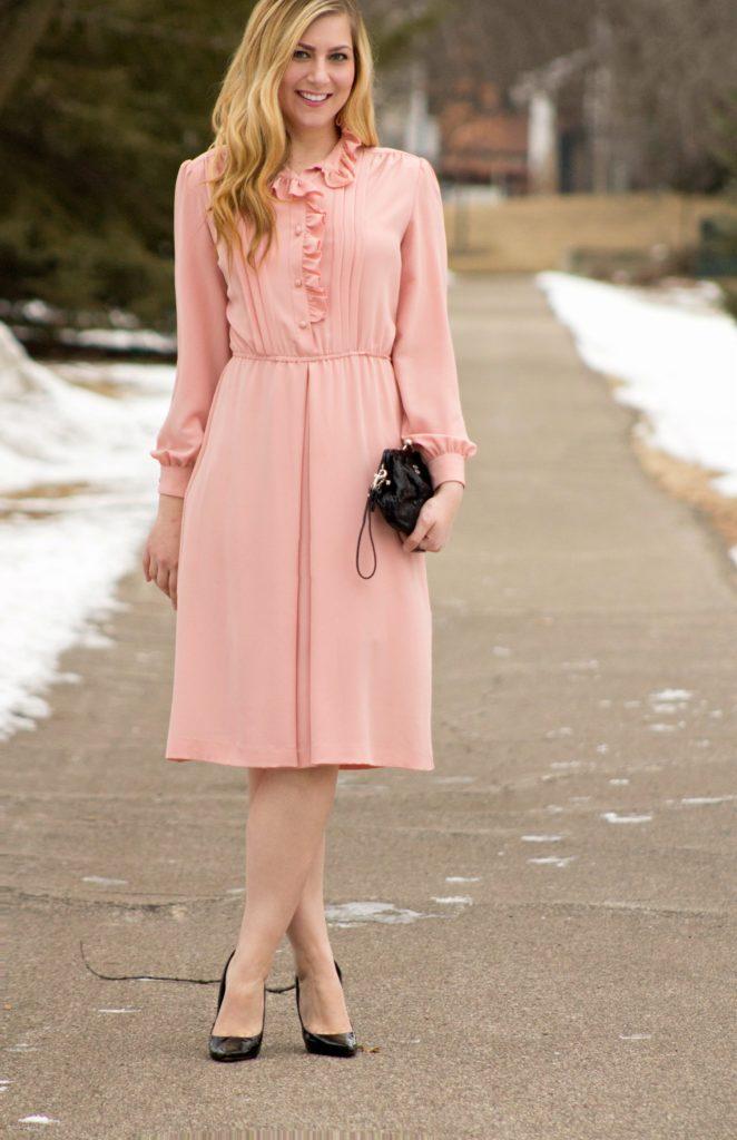Розовое платье с чёрными туфлями
