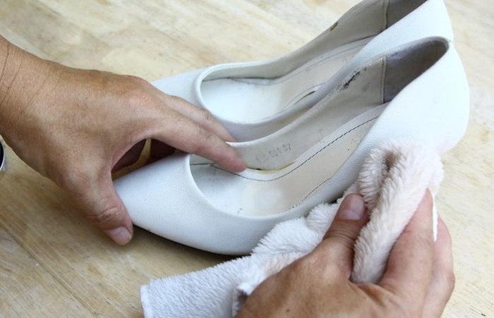 Как почистить белые туфли в домашних условиях