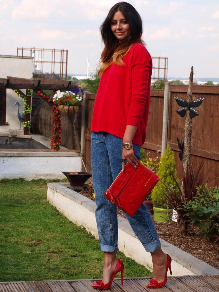 Джинсы и красные туфли