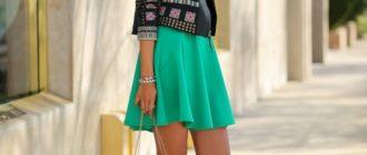 Легинсы занимают почетное место в дамском гардеробе наравне с колготками и джинсами уже много лет подряд, но до сих пор не все представительницы прекрасного пола знают правила их ношения. Мы этот вопрос подробно разберем и будем точно знать, с чем носить легинсы осенью. Сегодня существует большое количество разнообразных цветов и фактур легинсов: яркие, черные, кружевные, кожаные, в цветочек, стилизованные под деним. Моделей множество, и поэтому существует великое множество вариантов их ношения. С чем надеть легинсы теплым сентябрьским днем? Вариант для прогулки ясным осенним днем - удлиненная хлопковая туника, укороченный джинсовый жакет с коротким рукавом, темные легинсы и закрытые туфли на танкетке. Еще один вариант: лосины, короткая джинсовая юбка, белая хлопковая футболка и свободный трикотажный кардиган. На ноги - туфли на платформе или танкетке. Темные или яркие лосины, короткая юбка в клетку, косуха, замшевая кепка, ботильоны на танкетке - образ задорной хулиганки готов. С чем лучше носить легинсы в холодную погоду? Начнем, пожалуй, с того, что легинсы - это тепло и комфортно. Следовательно, они могут нас выручить в холодную погоду, если надеть их с удлиненной вязаной туникой или платьем, курточкой, объемной сумкой и сапожками-угги. В такое случае мы выбираем как повседневный вариант джегинсы (стилизованные под джинсу лосины) или темные легинсы. Вариант для похода в клуб - легинсы из экокожи, тоненький свитер с ремнем на талии, теплая курточка и высокие сапожки, возможно, ботфорты. Осенью лосины хорошо смотрятся с удлиненной темной или, наоборот, контрастной яркой туникой и курткой-косухой - тепло, модно и актуально. Из обуви в этот комплект идеально впишутся ботильоны на толстом каблуке. Поклонницы богемного шика осенью могут носить темные легинсы, яркое короткое платьице и меховой тонкий пиджак. Дополнить богемный образ поможет берет нейтрального цвета и маленькая сумочка, возможно, замшевая. Из обуви к этому комплекту подойдут и изящные высокие сапожки по