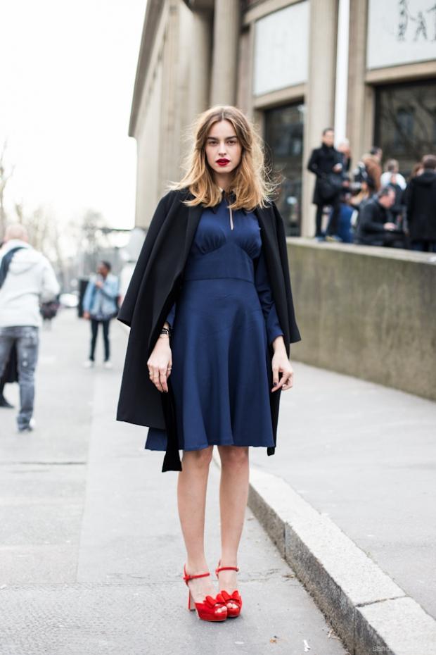 Синее платье с красными туфлями