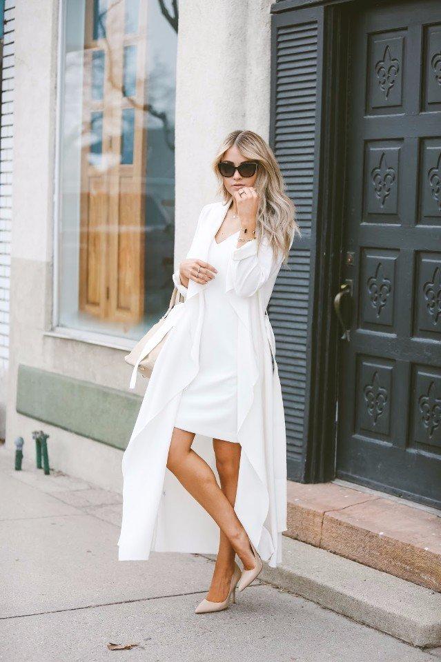 Белое платье и бежевые туфли