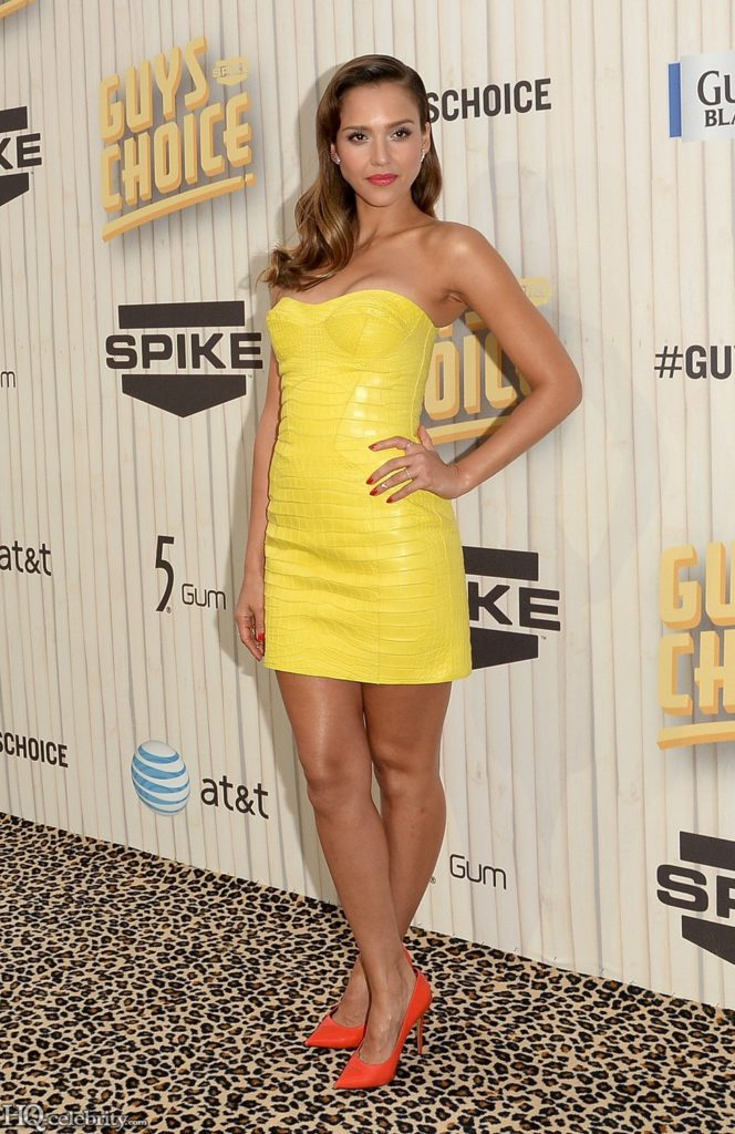 Жёлтое платье с красными туфлями
