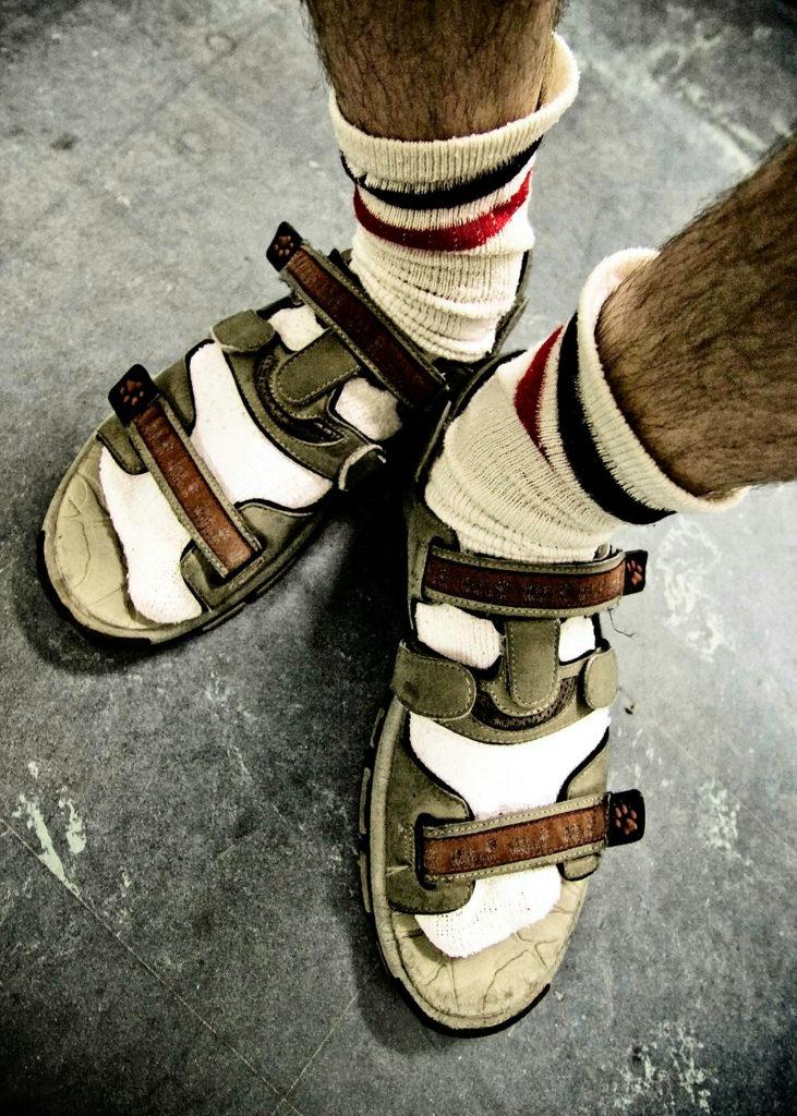 Носят ли сандалии с носками